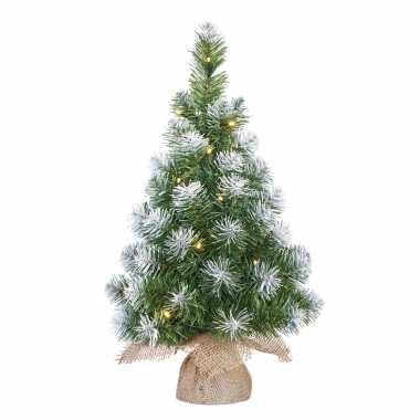 Kleine kunst kerstboom/kunstboom in jute zak met verlichting en sneeuw 60 cm