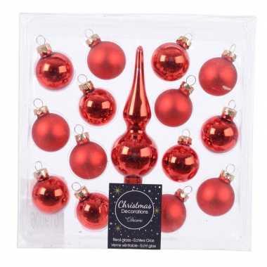 Rode glazen kerstballen en piek voor kleine kerstboom