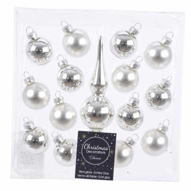 Zilveren glazen kerstballen en piek voor kleine kerstboom